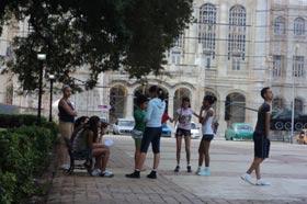 Jóvenes estudiantes cubanos