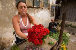 UN PAIS BAJO TIERRA Vendedora-de-flores-en-la-habana-el-6-de-septiembre-de-2007-ap_halfblock