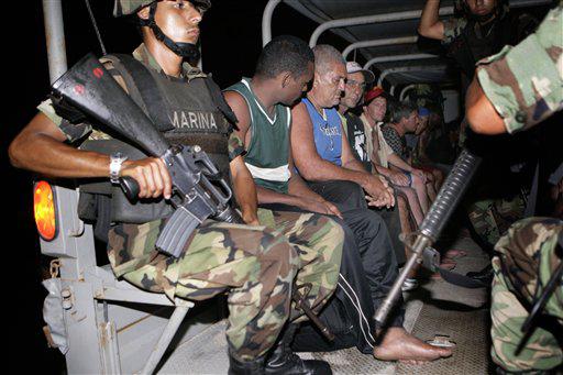 http://www.cubaencuentro.com/var/cubaencuentro.com/storage/images/cuba/noticias/desaparecen-34-cubanos-detenidos-en-mexico-90863/cubanos-escoltados-por-soldados-mexicanos-tras-ser-arrestados-en-cancun/733972-1-esl-ES/cubanos-escoltados-por-soldados-mexicanos-tras-ser-arrestados-en-cancun.jpg