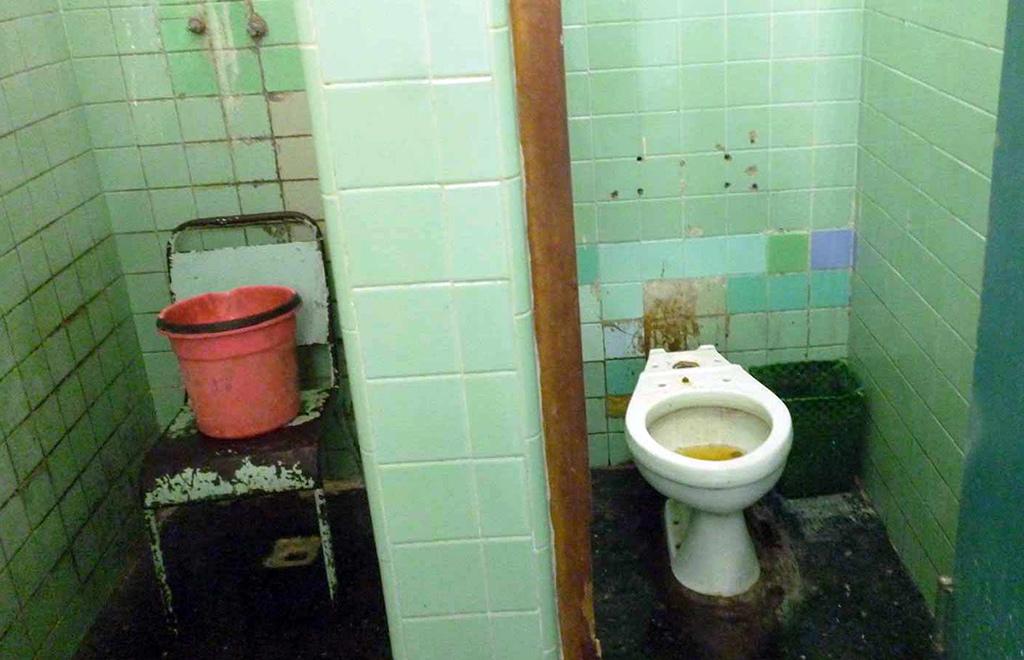 Prensa oficial destaca el deterioro de hospitales cubanos - Banos del hospital ...