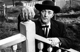 Robert Mitchum como el reverendo Harry Powell en la película The Night of the Hunter (1955)