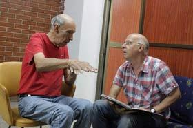 """Lorenzo Urbistondo (dcha.), director de arte de la cinta """"Esther en alguna parte"""", junto con el actor Reynaldo Miravalles, durante la filmación"""