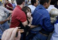 Disidentes se protegen de las brigadas parapoliciales que reprimen la marcha por el Día de los Derechos Humanos