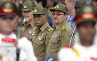 Raúl Castro (dcha.), junto a Juan Almeida y Ramiro Valdés