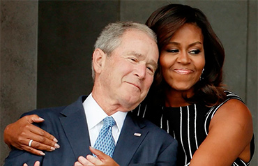 El abrazo de Michelle Obama al expresidente George W. Bush