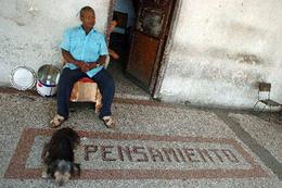 Un cubano en una calle de La Habana